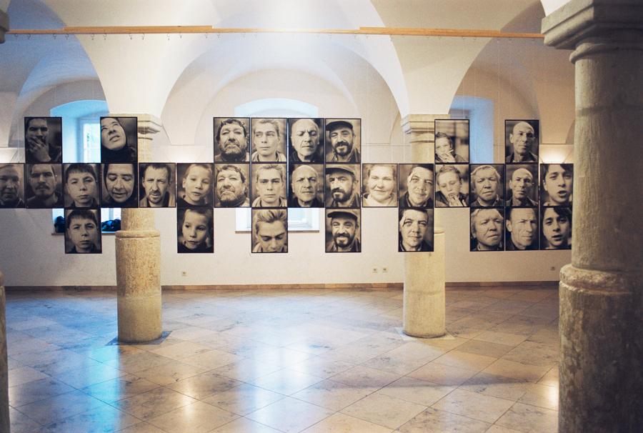 """Odessa obdachlos"" | Säulenhalle des Thon-Dittmar-Palais | Regensburg 2001"